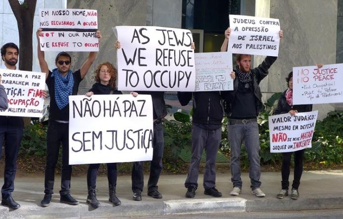 Grupo de jovens que rompeu com o sionismo protesta em frente ao Consulado de Israel, em São Paulo