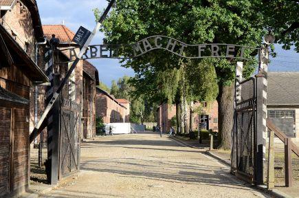 1280px-Arbeit_Mach_Frei_gate_Auschwitz_2012