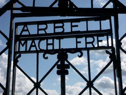 1280px-Arbeit_Macht_Frei_Dachau_8235