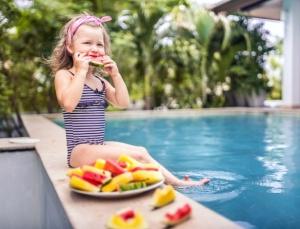 comer-nadar-piscina-1484855674633_615x470
